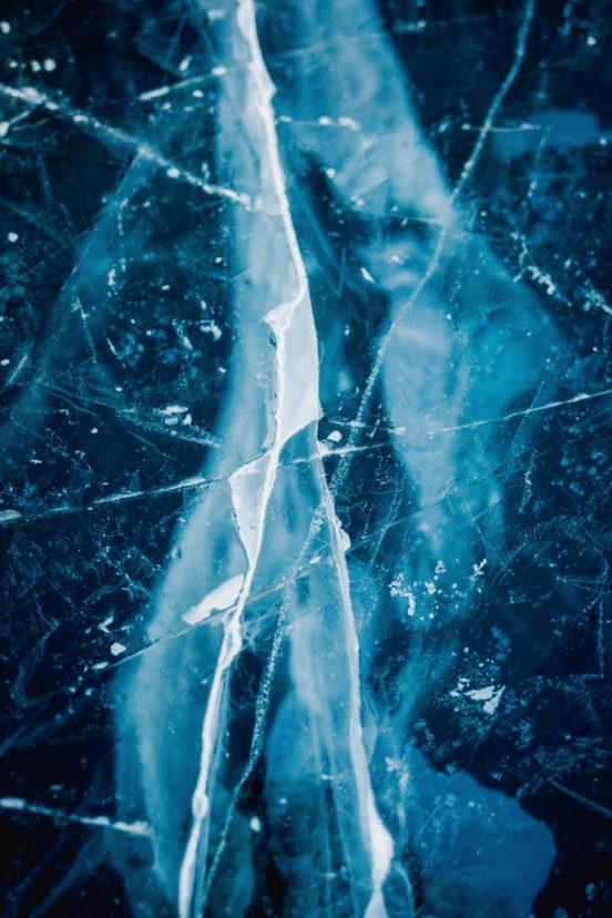 Nahaufnahme eines Bruchs in einem Kristall.