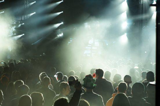 Junge Menschen zelebrieren das Leben auf einer Feier.
