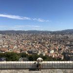 Ein Mann steht vor einer Stadt - Marseille.