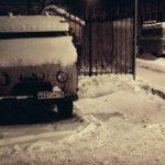 Verschneite Autos in Sankt Petersbrug