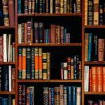 Buchrücken in einer Bibliothek.